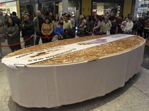 Έφτιαξαν γιγάντιο χριστουγεννιάτικο γλυκό στην Ισπανία