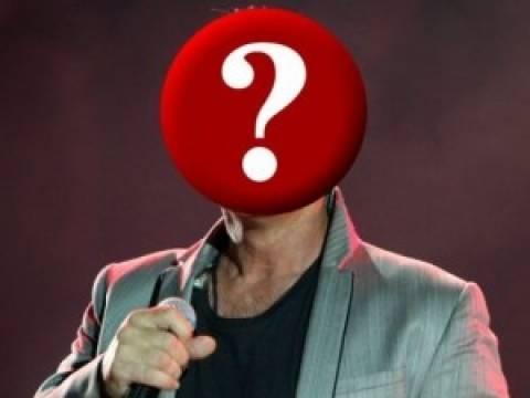 Έξαλλος Έλληνας τραγουδιστής με τις φήμες που τον θέλουν γκέι