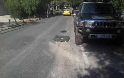 ΑΠΙΣΤΕΥΤΟ: Κάλυψαν την τρύπα στο οδόστρωμα με μία βαλίτσα!