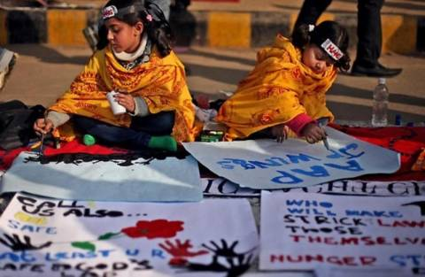 Ινδία: Ενώπιον του δικαστηρίου οι δράστες του ομαδικού βιασμού