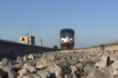 Mε το τρένο είναι επικίνδυνο να παίζεις παιχνίδια! (video)