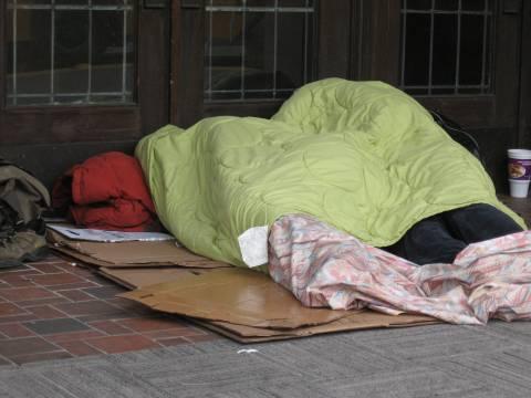 Η Θεσσαλονίκη «αγκαλιάζει» τους άστεγους