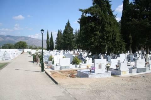 Σκηνές φαρ ουέστ έξω από το νεκροταφείο Ξάνθης