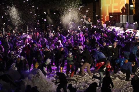 Βίντεο: Έπαιξαν χιονοπόλεμο και μπήκαν στο βιβλίο Γκίνες