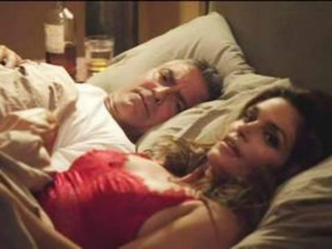 Έπιασαν τον Κλούνει στο κρεβάτι με τον άντρα της Σίντι Κρόφορντ (vid)