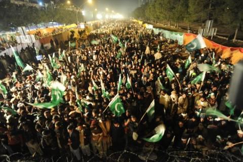Πακιστάν: Χιλιάδες διαδηλωτές ζητούν την ανατροπή της κυβέρνησης