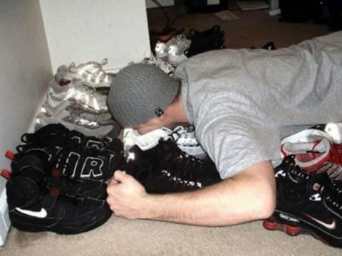 Νέα τρέλα κατακτά το διαδίκτυο: Μύρισε το παπούτσι σου! (pics)