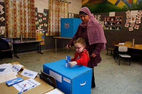 Εκλογές στο Ισραήλ: «Ισοπαλία» στις έδρες οι δυο συνασπισμοί
