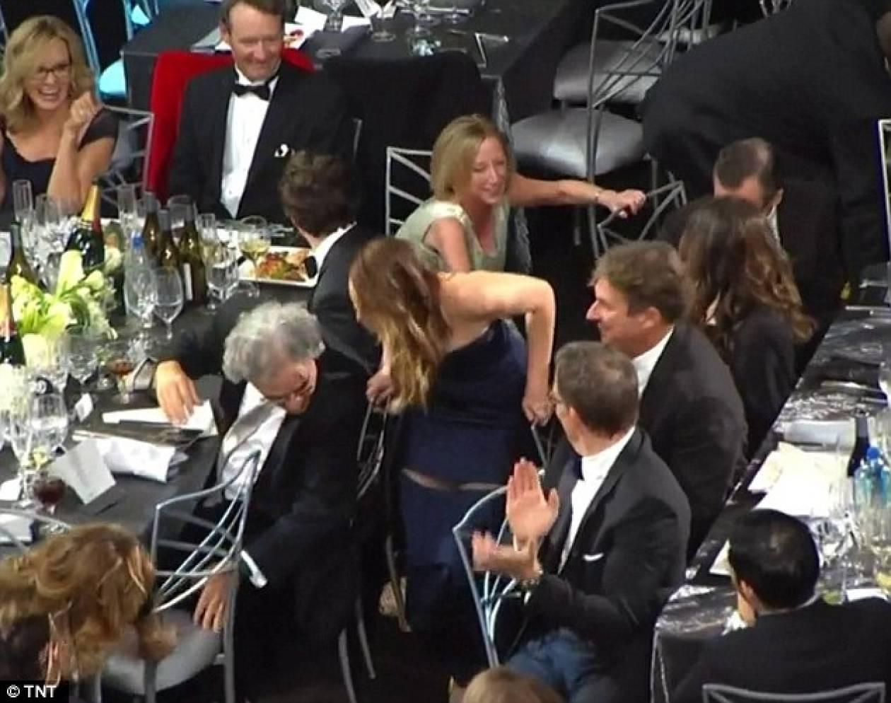 Βίντεο: Ηθοποιός έμεινε με το... μισό φόρεμα παραλαμβάνοντας βραβείο