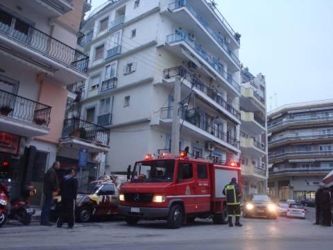 Παραλίγο να τυλιχθεί στις φλόγες ολόκληρη πολυκατοικία (βίντεο)