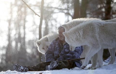 Απίστευτο: 79χρονος ζει με αγέλη λύκων!