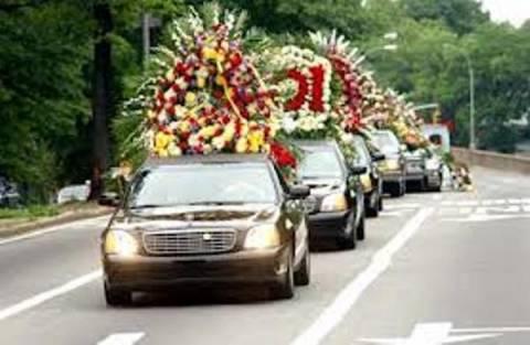 Η πομπή της κηδείας έκανε στάση...σε φαστφουντάδικο!