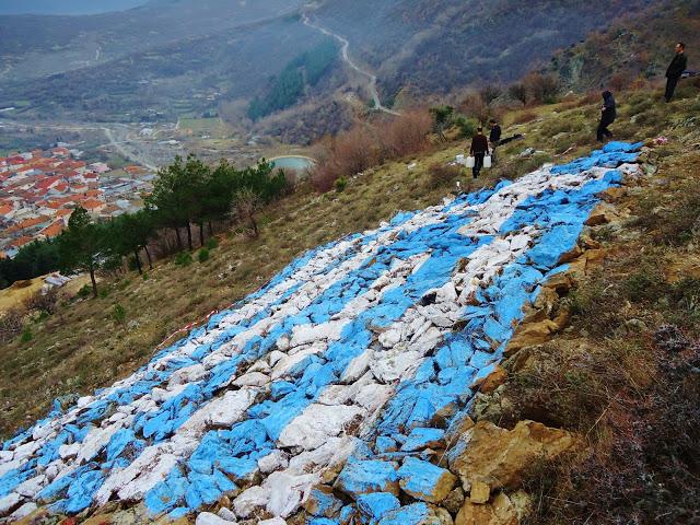 Εντυπωσιακό: Τεράστια ελληνική σημαία στην κορυφή βουνού (pics)