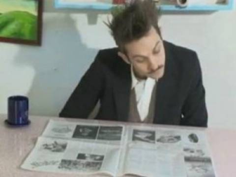 Βίντεο: Ο πιο αλλόκοτος τρόπος για να ξεφυλλίσεις μία εφημερίδα