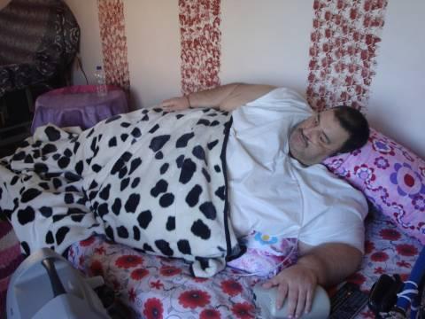 Βίντεο: Έκκληση για βοήθεια από υπέρβαρο που ζει έναν εφιάλτη