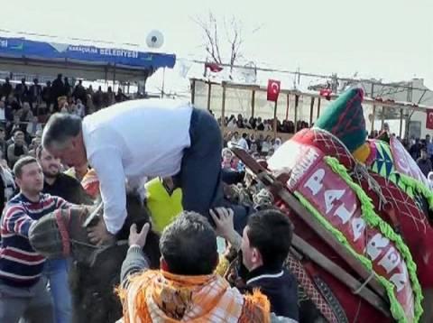 Βίντεο: Δείτε τι έπαθε ένας δήμαρχος στην Τουρκία όταν καβάλησε καμήλα