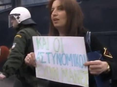 Μητέρα αστυνομικού: «Και εμείς είμαστε μάνες» (video)
