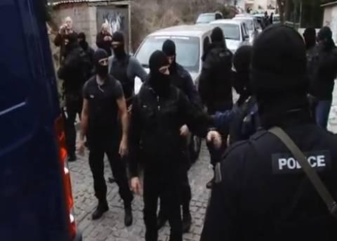 Βίντεο: Έφτυσε την κάμερα ένας από τους συλληφθέντες της Κοζάνης