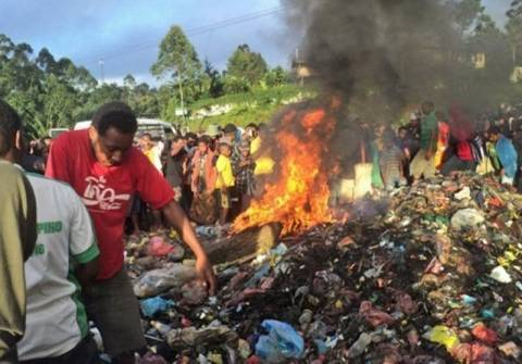 Σοκ: Τη βασάνισαν και την έκαψαν ζωντανή για «μαγεία»