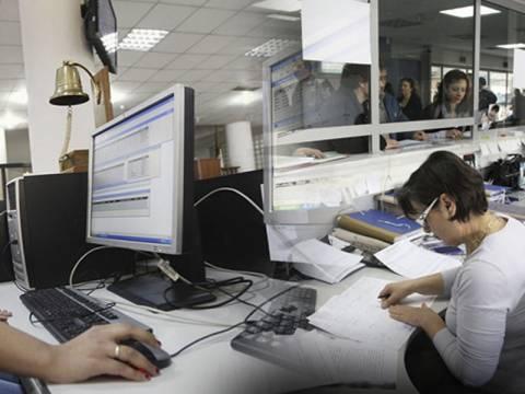 Αβέβαιο το μέλλον για 13.000 δημοσίους υπαλλήλους