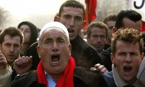 Διαδηλώνουν οι Αλβανοί έξω από την πρεσβεία της Σερβίας