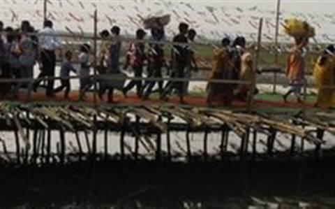 Τραγωδία-Δεκάδες νεκροί από κατάρρευση πεζογέφυρας