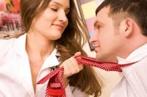Φλερτ στη δουλειά: Ποια επαγγέλματα είναι πιο... επιρρεπή;