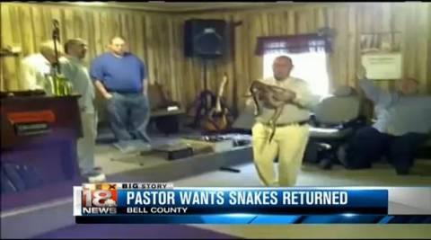 Απίστευτο: Πάστορας χρησιμοποιεί οχιές για τη λειτουργία! (βίντεο)