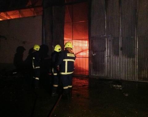 Πυρκαγιά σε αποθήκη μεταφορικής στο Ρέντη