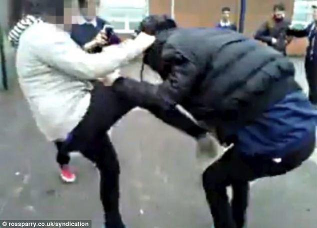 Εικόνες ντροπής στο Facebook: Άγριο ξύλο μεταξύ μαθητριών!
