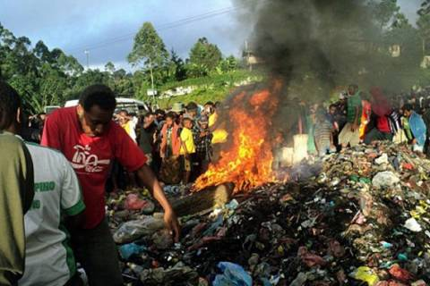 Φρίκη: Παραλίγο να κάψουν ζωντανές δύο «μάγισσες»