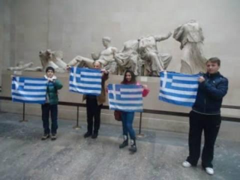 Βίντεο: Οι μαθητές που σήκωσαν τις ελληνικές σημαίες στο Βρ. Μουσείο