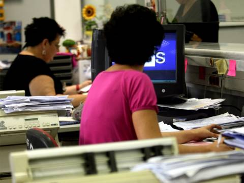 Μειωμένα ωράρια και ψαλιδισμένοι μισθοί για 307.600 εργαζόμενους