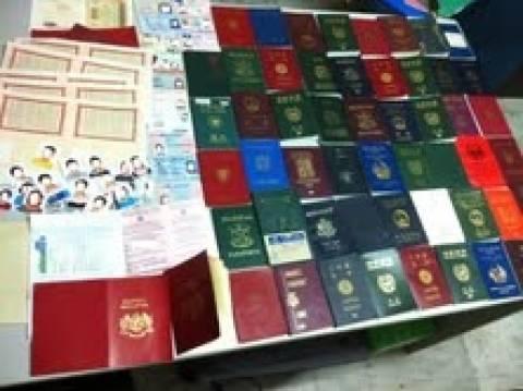 Σπείρα αλλοδαπών κατασκεύαζε πλαστά ταξιδιωτικά έγγραφα