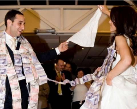 Reuters: Οι Έλληνες «έκοψαν» τους λαμπρούς γάμους και τις κηδείες