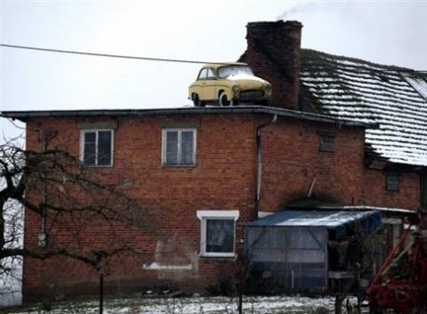 Κι όμως δεν είναι Photoshop: Το αυτοκίνητο είναι στη στέγη!