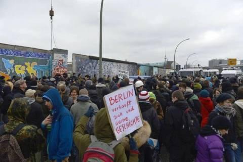 Βερολίνο: Διαδηλωτές σταμάτησαν την κατεδάφιση της East Side Gallery