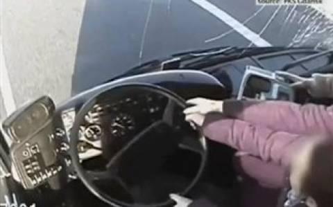 Πήραν το τιμόνι από λιπόθυμο οδηγό και έσωσαν λεωφορείο