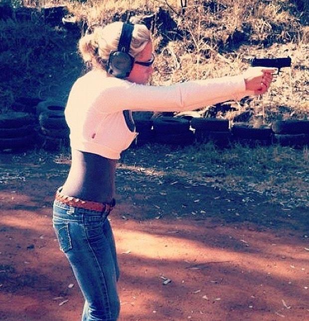 Η Στινκαμπ κρατά το όπλο με το οποίο την σκότωσε ο Πιστόριους (φωτό)!