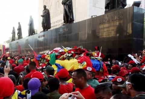 Έφτασε η σορός του Τσάβες στη Στρατιωτική Ακαδημία (photos+video)