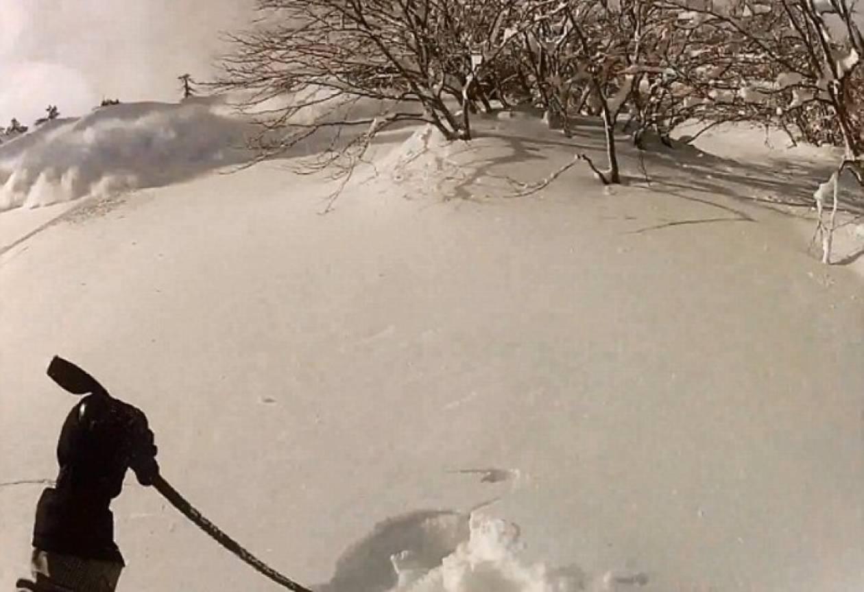 Δείτε πώς γλίτωσε σκιέρ από χιονοστιβάδα στη Βασιλίτσα!