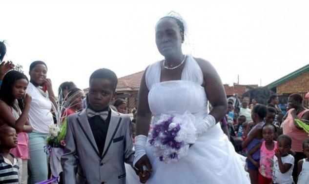 Απίστευτο: 8χρονος παντρεύτηκε 61χρονη! (pics)