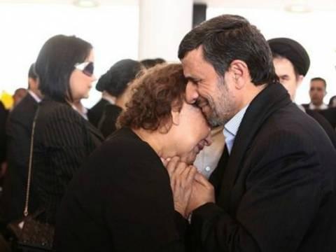 Σάλος με την αγκαλιά του Αχμαντινεζάντ  στη μητέρα του Τσάβες