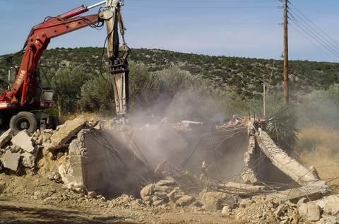 Κρήτη: Λιποθυμίες και εντάσεις στη κατεδάφιση αυθαιρέτων
