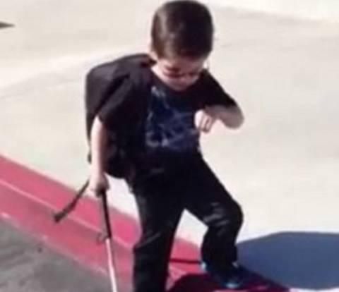 Βίντεο που συγκινεί: Τυφλό αγόρι κατεβαίνει σκαλί για πρώτη φορά