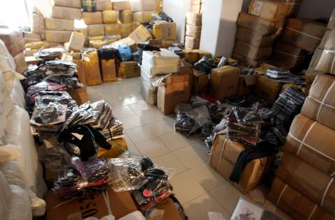 Αποθήκη με προϊόντα-μαϊμού στα Πετράλωνα