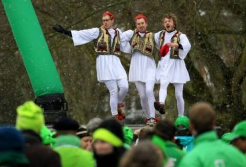 Ευρωπαίοι «Τσολιάδες» χόρεψαν συρτάκι έξω από τη Σύνοδο Κορυφής