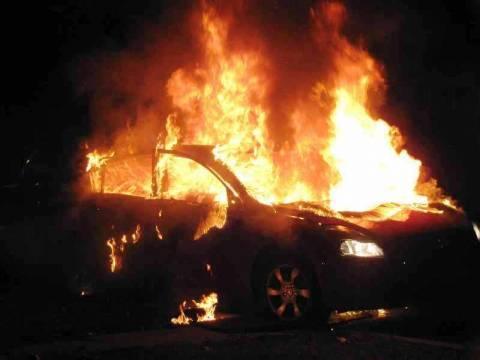 Επίθεση με γκαζάκια σε πάρκινγκ - Στις φλόγες έξι οχήματα