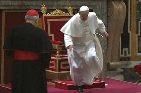 Ο Πάπας Φραγκίσκος έπεσε από τον θρόνο (pic)