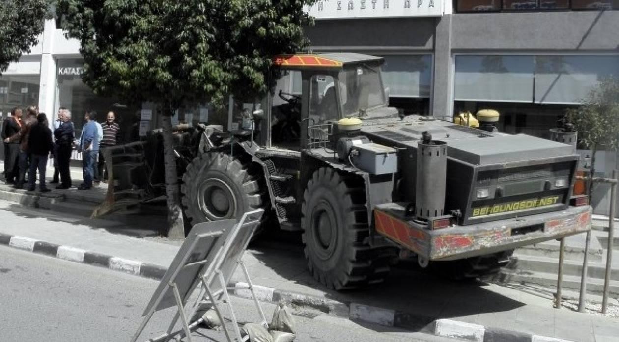 Οργή στην Κύπρο: Επιχείρησε με εκσκαφέα να μπει στην τράπεζα! (βίντεο)